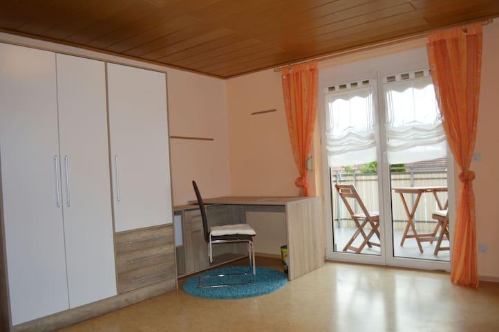 Großes Zimmer mit Balkon -spacious room + balcony - Wurmlingen - Huis