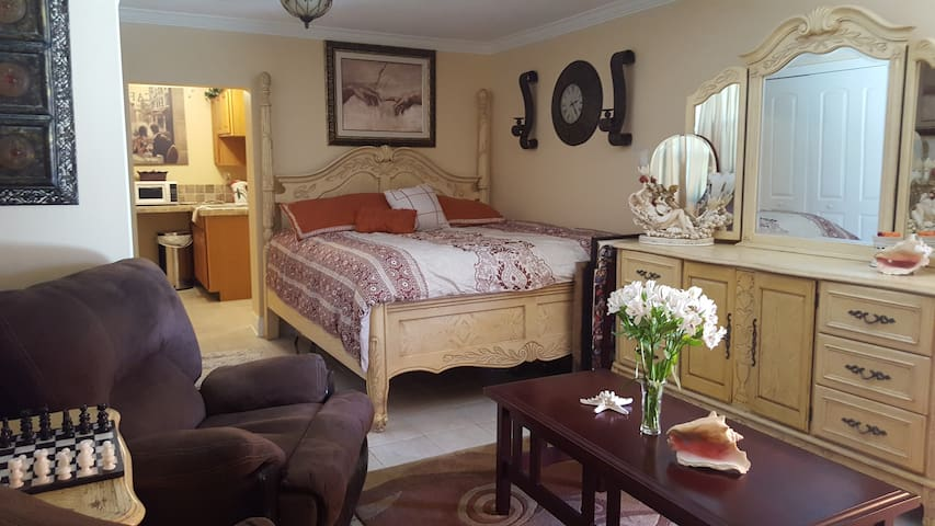 Private Cozy Guest House on Water - North Fort Myers
