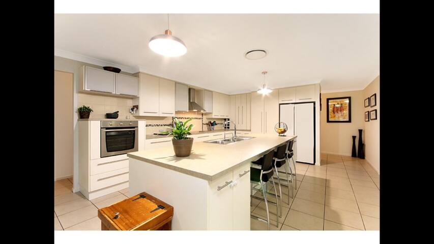 Huge modern room on an acreage with a pool! - Karalee - Casa