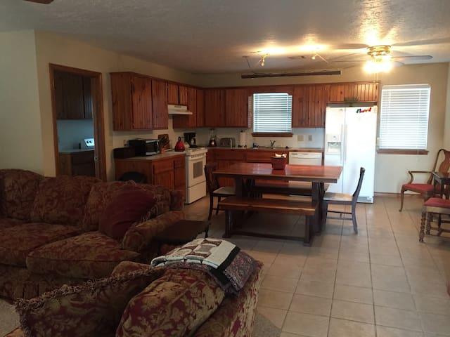 2Bed/1Bath Guest House on 60+ acre Farm - Sulphur - Дом