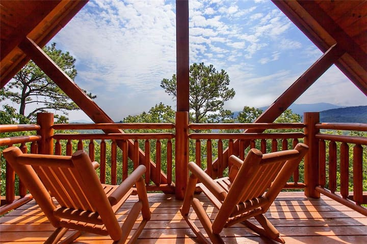Luxury cabin with wooded and Smoky Mountain views! - Pigeon Forge - Cabaña