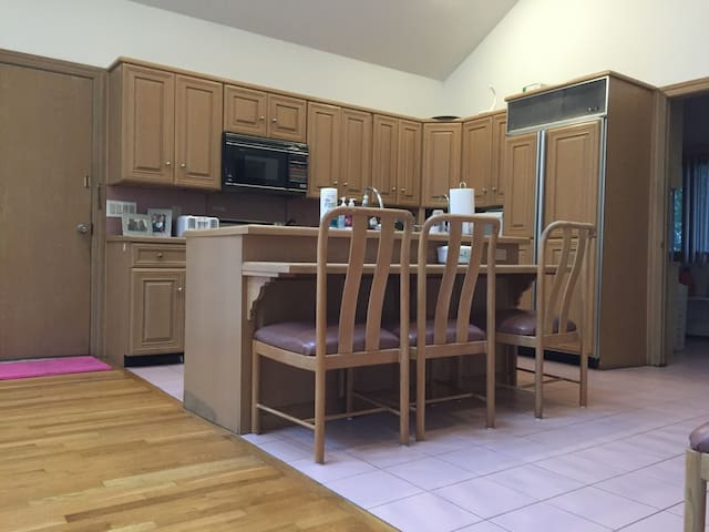 Warm and bright home with lots of sunlight! - Millburn - Hus