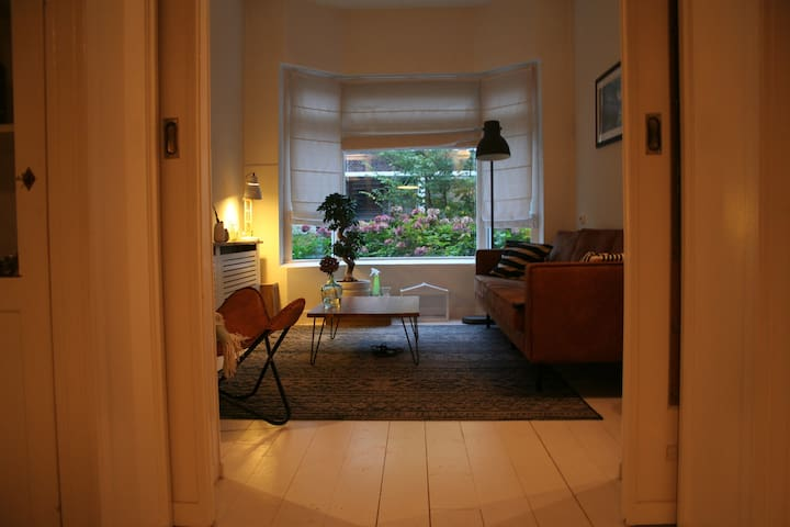 Room in 1930s house 10 minutes walk from center - Groningen - Casa