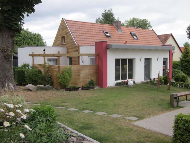 Ferienhaus mit Terrasse in Seenähe - Alt Schwerin - Ev