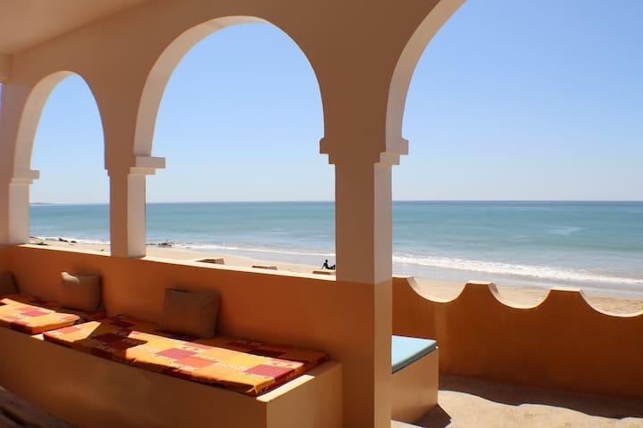 Beachfront house in charming Popenguine - Popenguine - Hus
