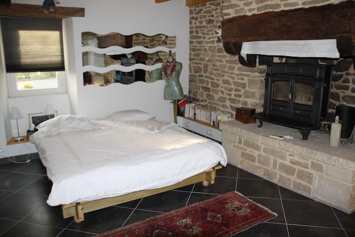 chambre dans longère à la campagne - Rédéné