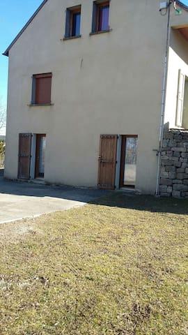 Petit studio ds maison individuelle - Belvezet - House