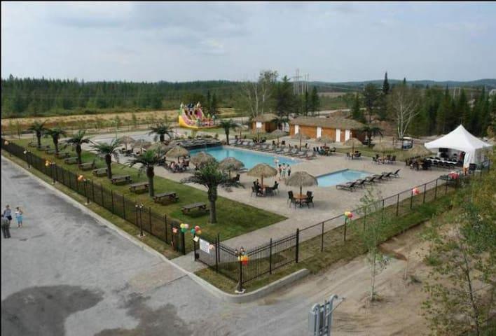 camping de rêves (vraiment abordable) - Saint-Ambroise - Kamp Karavanı/Karavan