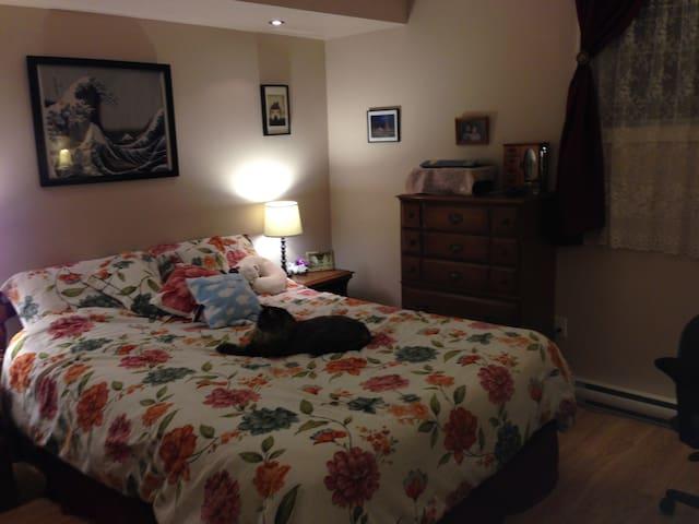 Queen bed in a private room - Beaumont - Lejlighedskompleks