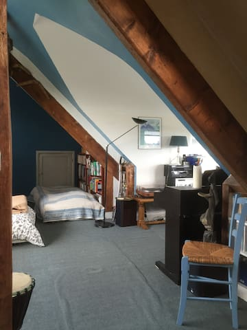 Attic studio room 24 sqm with double + single bed - Le Chesnay