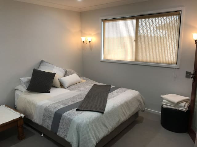 Luxurious, spacious, executive room with ensuite - North Lakes - Huis