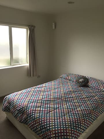 Cosy new double bedroom, ensuite, close to city. - Hamilton - Leilighet