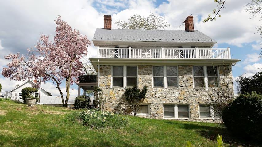 "Stone House Mansion (1757) -  ""Sleeping Porch"" - Kearneysville - Huis"