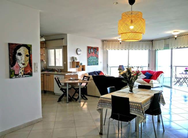 Chez Yvette, spacious apart. with light & sea view - Haifa
