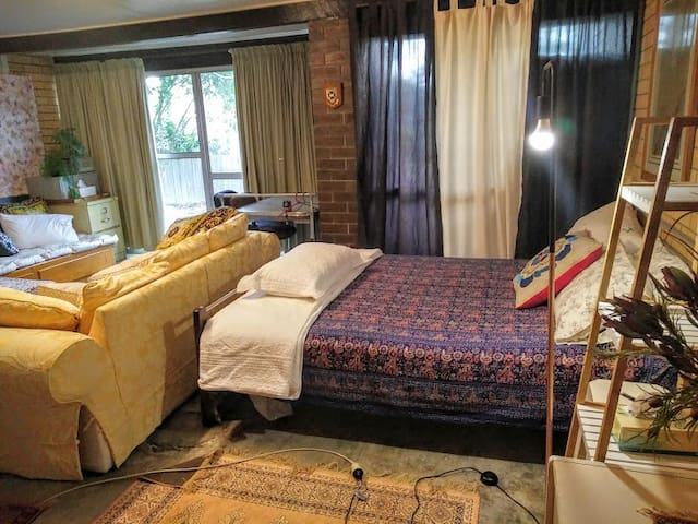 Cool and spacious room near Lone Pine. - Fig Tree Pocket - Huis