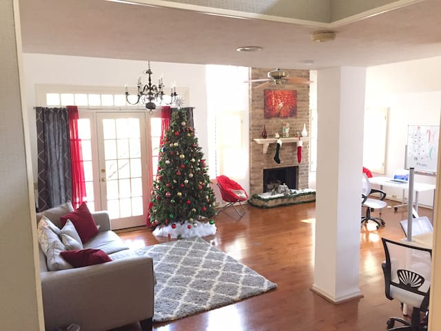 Charming Living & Working Space in Addison - Addison