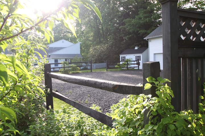 Charming Cottage w/Pastoral Views - New Milford - Otros