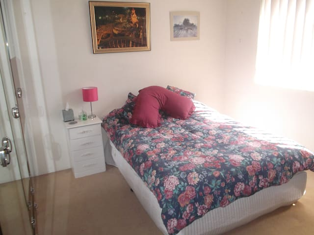 Sunny, spacious and very comfy room - Beverly Hills