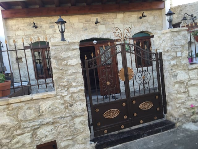 Traditional Stone House in Lania - Laneia - Ev