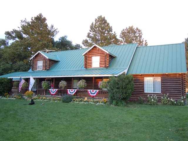 Log Cabin on 17 Acre Farm - Spanish Fork - Bed & Breakfast