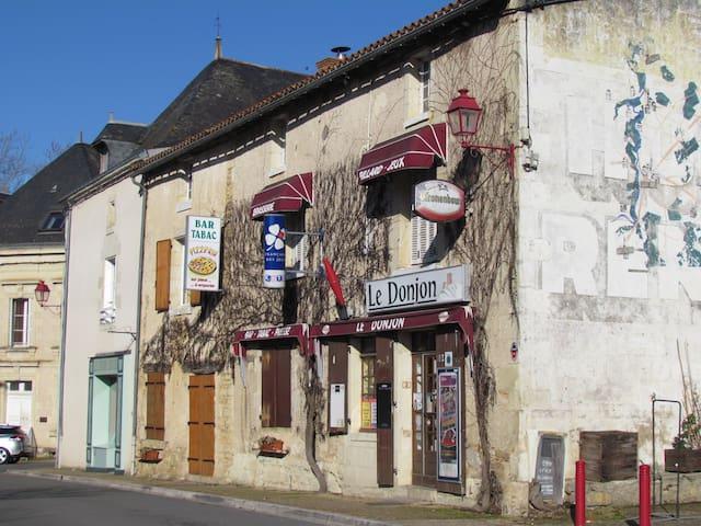 3 storey house, village location, sleeps 8 - Moncontour - Casa