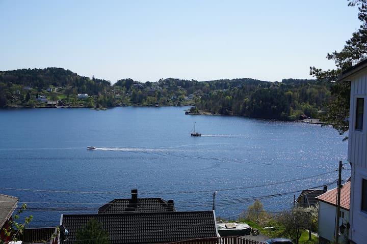 Sunny, idyllic house with panoramic view! - Arendal - Huis