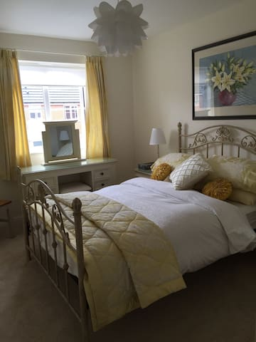Double room in cosy home with separate bathroom. - Warrington - Casa
