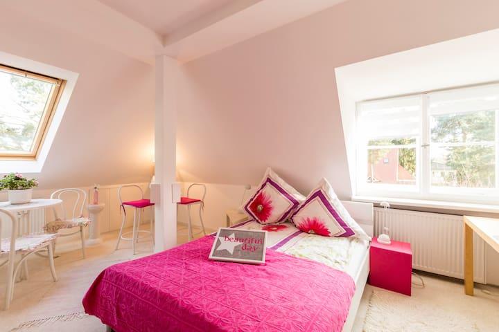 Pinkes Zimmer- Bright and romantic-mit kleinem Bad - Kleinmachnow - 別荘