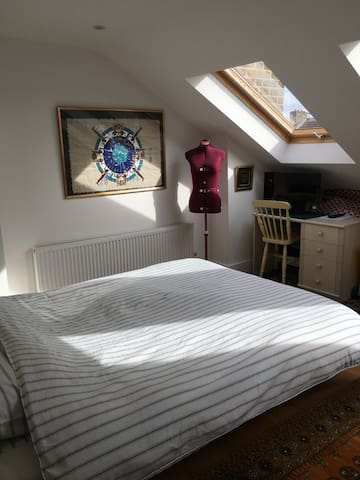 Spacious & light loft room with private bathroom - Londen - Huis