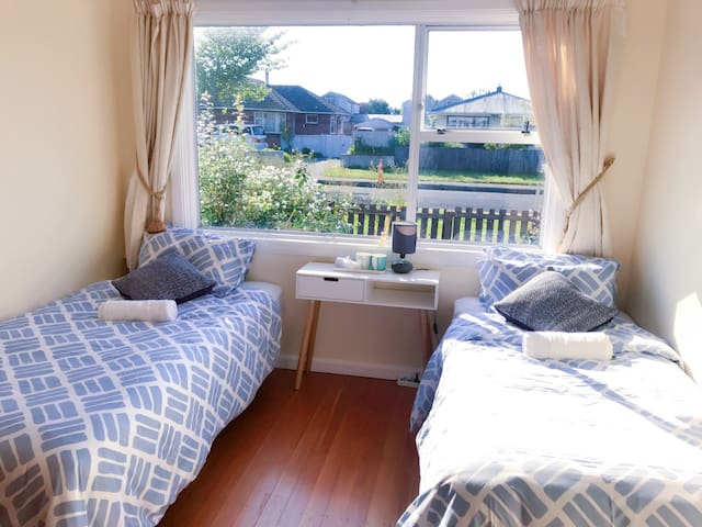 Sunshine bedroom with breakfast - Christchurch - Bed & Breakfast