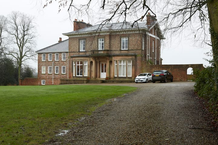 Stay in an Edwardian Mansion House - Wighill - Casa