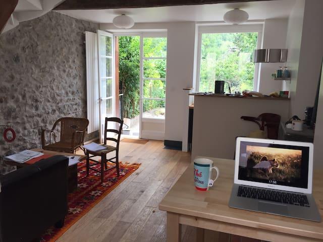 Petite maison au bord de la riviere - moulis - Huis