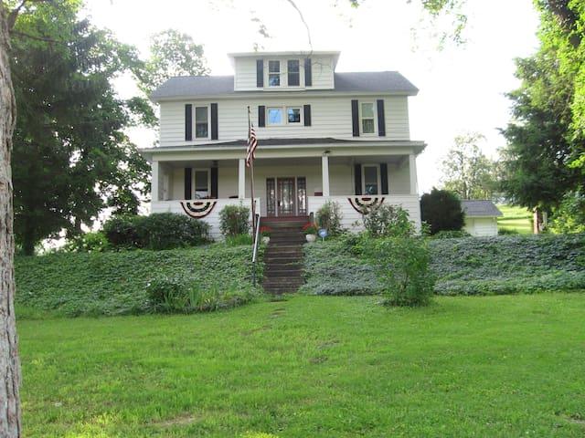 Shoff-Read Century Farmhouse - Curwensville - Hus