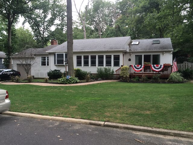 BEAUTIFUL HOME, WITH A COZY ROOM - Atlantic Highlands - Ev