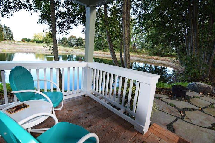 Tiny House Getaway - Living Large Pondside - スクイム - 一軒家
