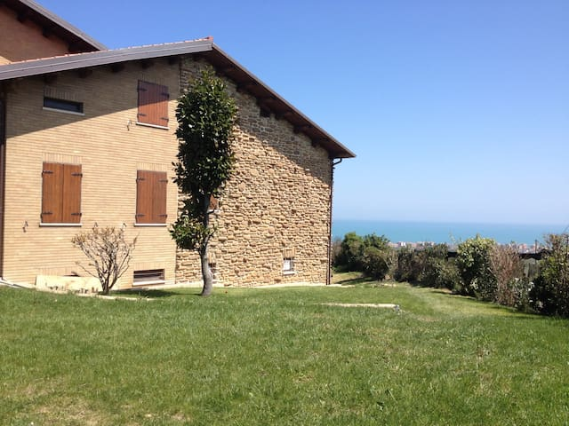 Cottage at top of hill with sea view - San Costanzo - 別荘