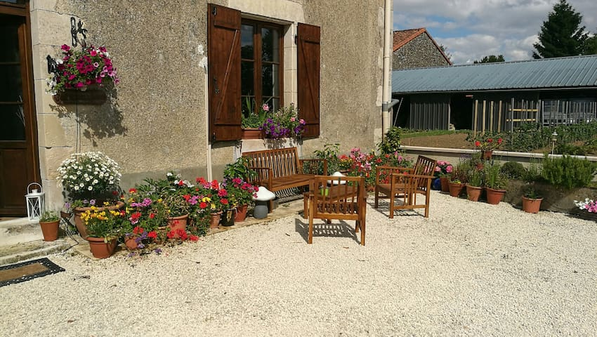 The Swallows offers a friendly relaxed atmosphere - La Chapelle-Bâton