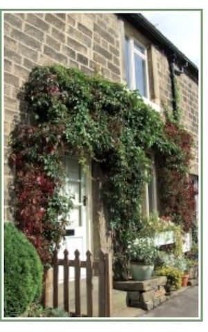 Daisy Nook: Cosy village cottage. Yorkshire - Addingham - Hus