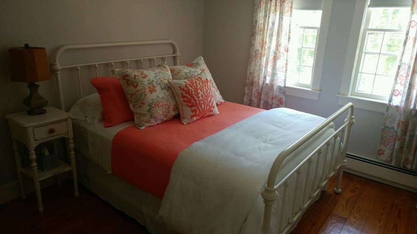 Gray Gables Room - By The Brook B&B - Bourne - Bed & Breakfast