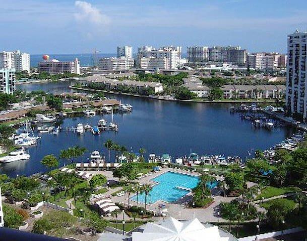 CUARTO PARA UNO o DOS, Hallandale Beach (Miami B.) - Hallandale Beach