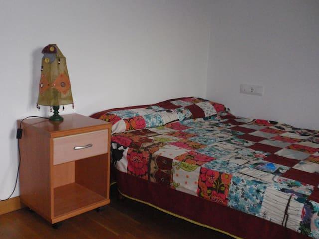 Habitación doble a 5km del centro de Pamplona - Tajonar