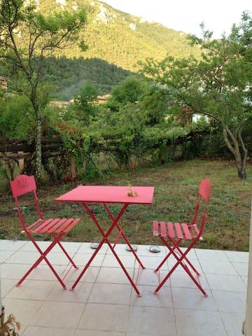 VILLAGE HOUSE WITH GARDEN/BEAUTIFUL VIEW-FREE WIFI - Belvianes-et-Cavirac - Huis