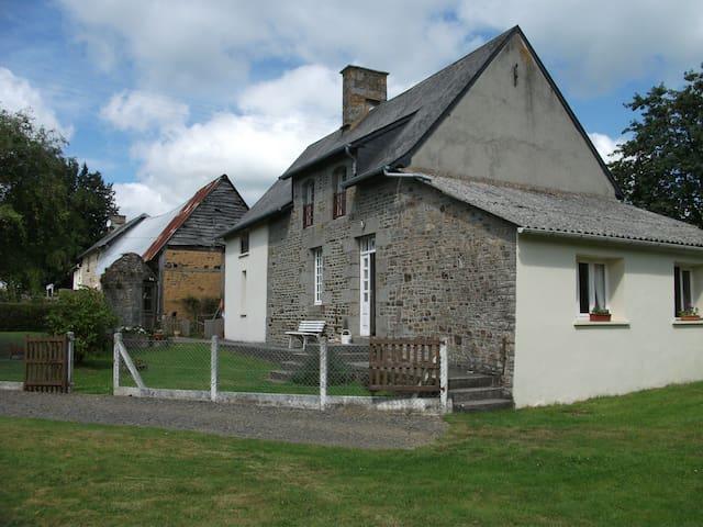 relaxing friendly rural retreat. - Saint-Georges-de-Livoye - Casa