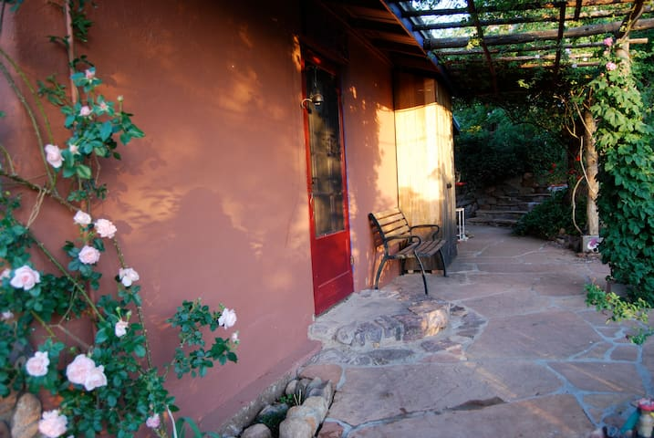 1920's ADOBE ECO-COTTAGE & GARDEN~ Relax & Retreat - Patagonia - Hus