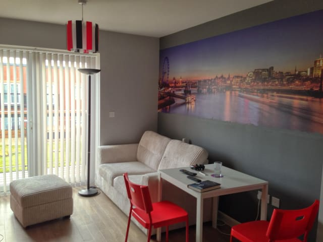 Modern 1-bed flat on direct line LHR to Paddington - Southall