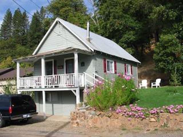 Sierra's Main Street Cottage - Greenville - Maison