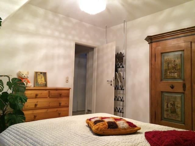Gemütliches Zimmer mit eigenem Bad - Wolfratshausen - Huis