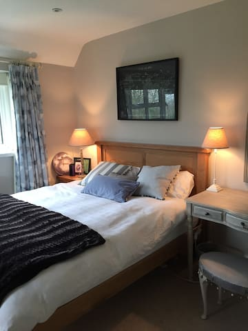 Newly decorated double bedroom with garden outlook - West Horsley - Hus