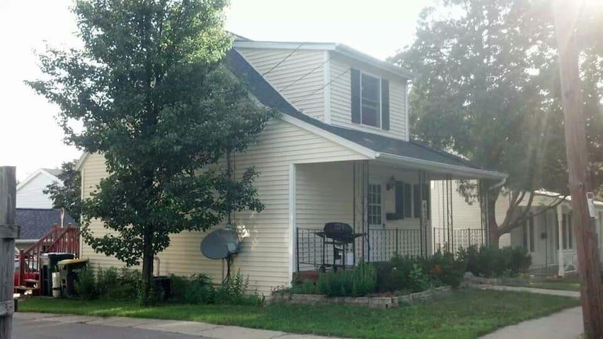 Cute 2-bedroom Cape Cod style home. - Hartford - Ev