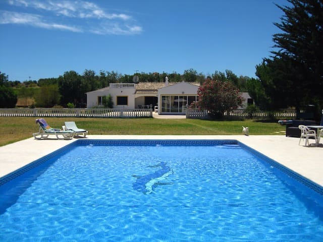 House with private pool and 5 km to beach - Lagoa